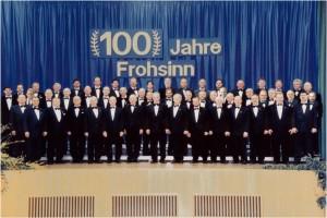 Der Männerchor im Jahre 1998, aufgenommen zum 100. Gründungsjubiläum in der TSV-Halle.